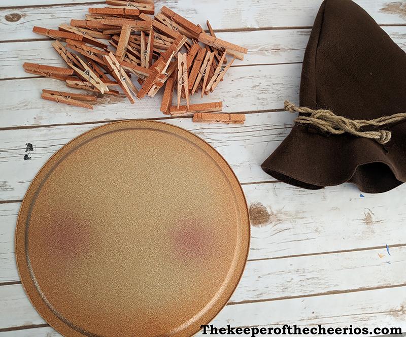 scarecrow-pizza-pan-clothespin-wreath-1