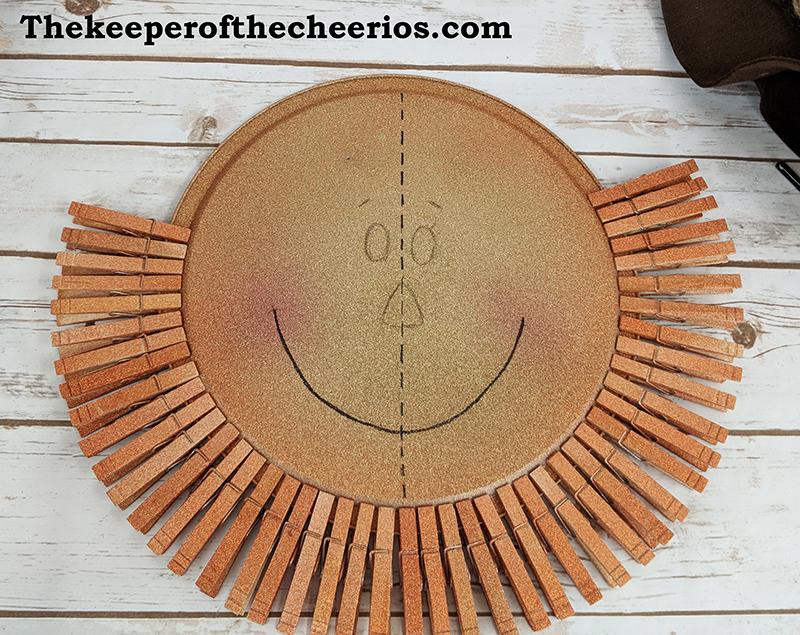 scarecrow-pizza-pan-clothespin-wreath-2