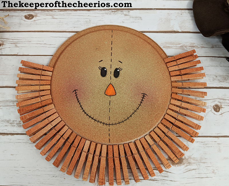 scarecrow-pizza-pan-clothespin-wreath-3