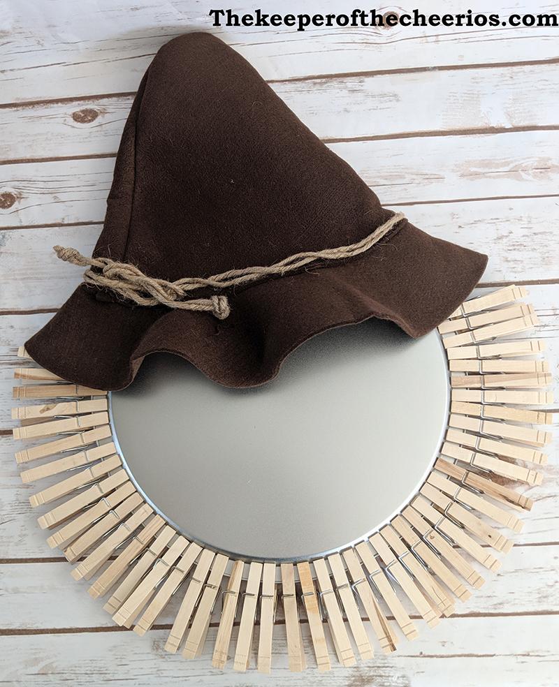 scarecrow-pizza-pan-clothespin-wreath-4