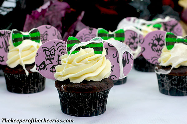 haunted-mansion-mickey-ears-cupcakes-3