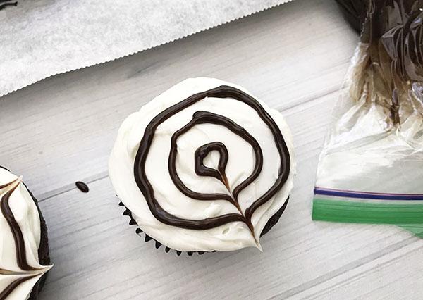 spider-web-cupcakes-2