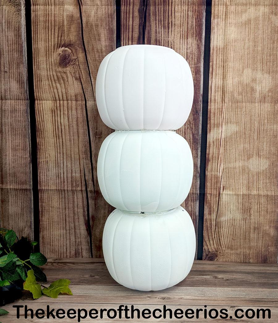 stacked-plastic-pumpkin-centerpiece-4